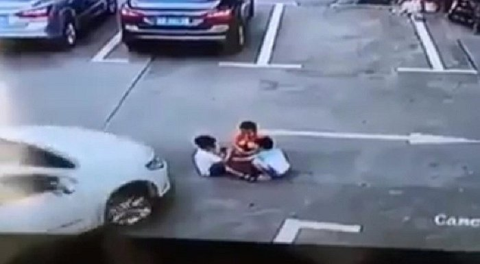 China: Mira el impactante atropello de 3 niños en estacionamiento [VIDEO]