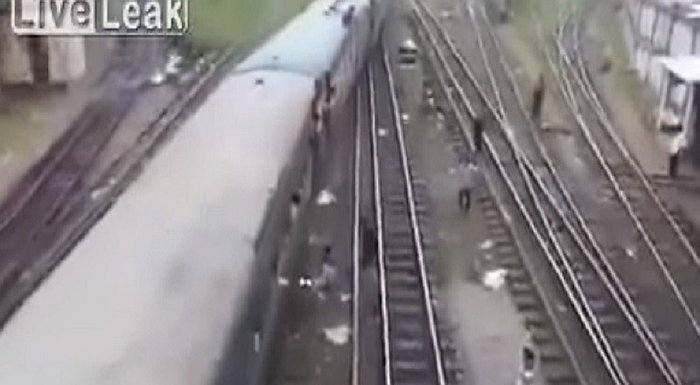 YouTube: Sufre terrible accidente al tratar de subir a un tren de esta forma [VIDEO]