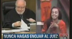 Adolescente se burla de juez en pleno juicio (VIDEO)