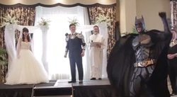 Batman, Iron Man, y ninjas tratan de impedir una boda [VIDEO]