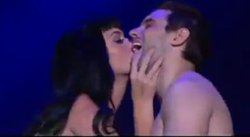Katy Perry besa a fan en pleno concierto de Rock in Rio 2011