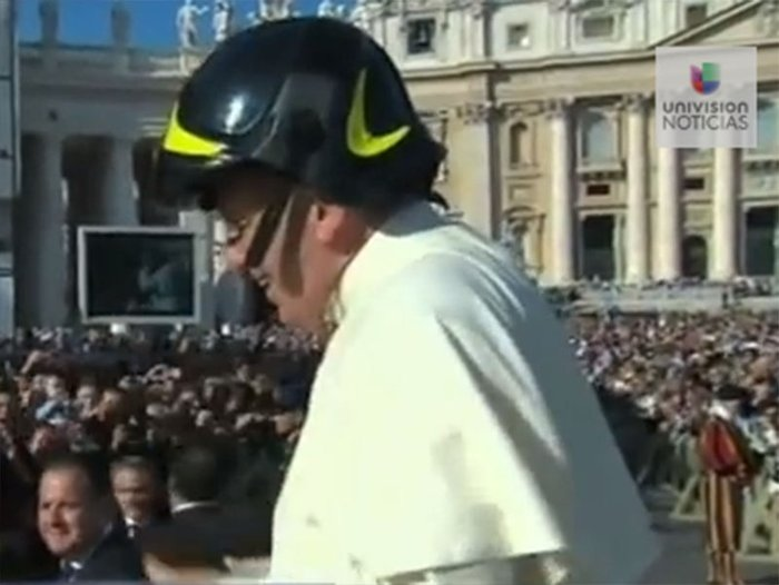 Papa Francisco se pone un casco de bombero [VIDEO]