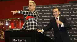 Subastan trajes y manuscritos de las canciones de Robbie Williams