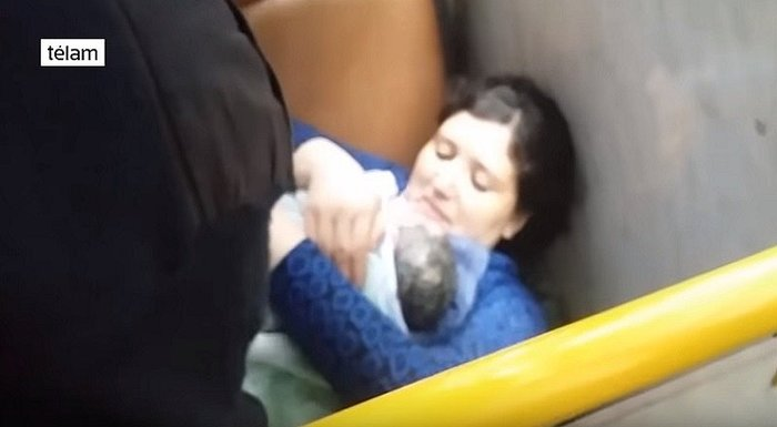 YouTube: Mujer da a luz en bus y chofer filma el parto [VIDEO]