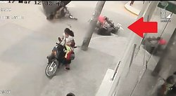 Cámaras captan terrible accidente de niño a bordo de moto (VIDEO)