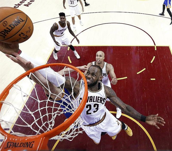 NBA: Cavaliers arrollan a Warriors 137-116 y van por remontada en final