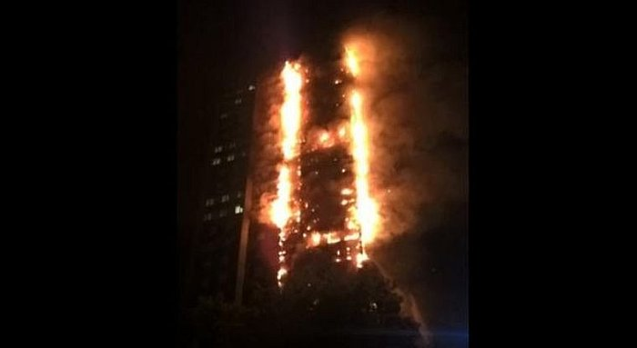 Incendio consume edificio multifamiliar de 24 pisos en Londres (VIDEO)