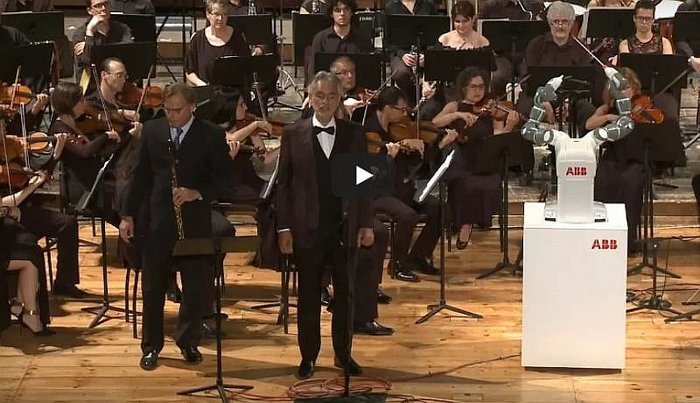 "Robot ""director de orquesta"" roba protagonismo a tenor Andrea Bocelli (VIDEO)"
