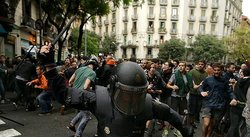 ​España reprime con todo a catalanes y sindicatos llaman a la huelga general (VIDEO)