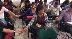 Facebook: alumnos rezan antes de examen final para pasar curso (VIDEO)