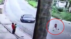 Niña se suelta de su mamá y es atropellada en la Carretera Central (VIDEO)
