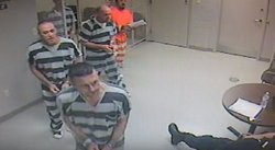 "Reos ""escapan"" de celda para salvarle la vida a guardia (VIDEO)"
