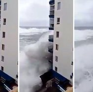 Balcones acabaron destrozados por olas gigantes (VIDEO)